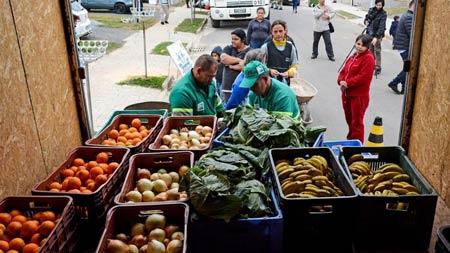 Programa em Curitiba troca material reciclável por alimentos